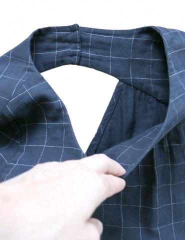 patron de couture Blouse Artesane avec décolleté dos, en double gaze marine à carreaux de chez France Duval Stalla, focus finitions intérieures