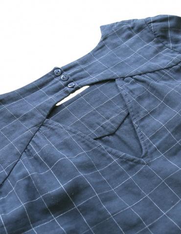 patron de couture Blouse Artesane avec décolleté dos, en double gaze marine à carreaux de chez France Duval Stalla, à plat focus sur le V dos