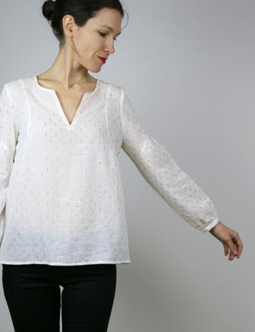 patron de couture Blouse Petites Choses dans un voile de coton blanc brodé or Anna Ka Bazaar, version V devant et dos, vue de face