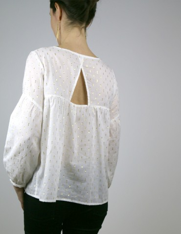 patron de couture Blouse Petites Choses dans un voile de coton blanc brodé or Anna Ka Bazaar, version V devant et dos, vue de dos