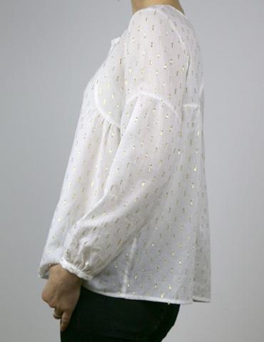 patron de couture Blouse Petites Choses dans un voile de coton blanc brodé or Anna Ka Bazaar, version V devant et dos, vue de profil