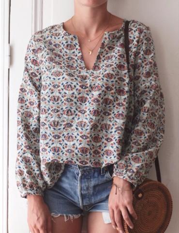 patron de couture Blouse Petites Choses dans un coton imprimé indien de chez Anna Ka Bazaar, version V devant et dos, vue de face