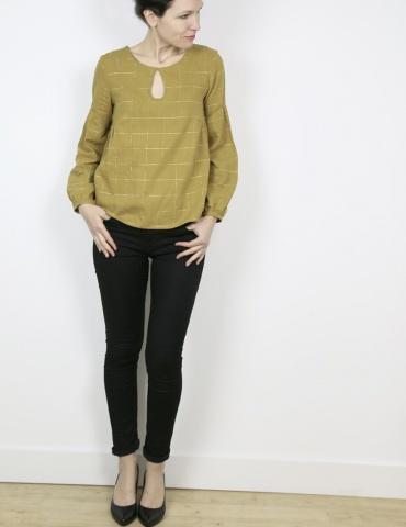 patron de couture Blouse Petites Choses en coton jaune-vert rayé or Henri & Henriette, version décolleté goutte et dos plein, vue de face en pied
