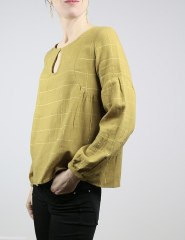 patron de couture Blouse Petites Choses en coton jaune-vert rayé or Henri & Henriette, version décolleté goutte et dos plein, vue de profil