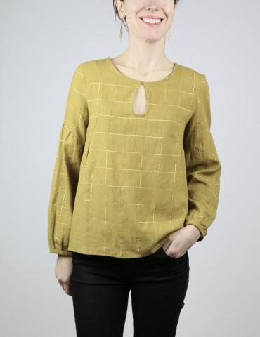 patron de couture Blouse Petites Choses en coton jaune-vert rayé or Henri & Henriette, version décolleté goutte et dos plein, vue de face
