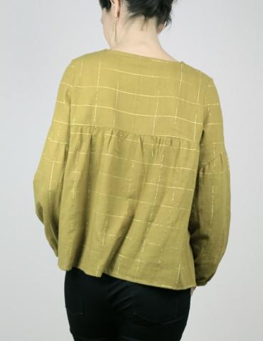 patron de couture Blouse Petites Choses en coton jaune-vert rayé or Henri & Henriette, version décolleté goutte et dos plein, vue de dos