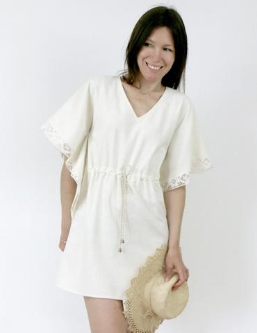Robe Helios version courte et grandes manches, en soie blanc cassé Les Coupons de Saint Pierre avec galon de dentelle