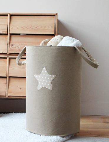 Panier à doudous réalisé dans un sergé de coton beige, vue en entier