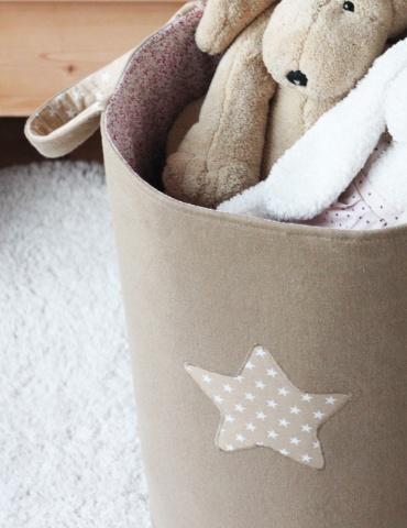Panier à doudous réalisé dans un sergé de coton beige, focus sur me motif étoile brodé