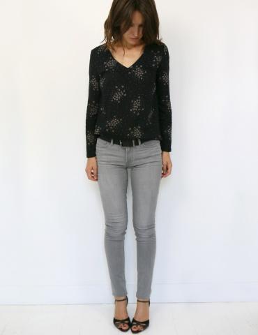 patron de couture Blouse Be Pretty réalisée dans le tissu Lilli de chez Atelier Brunette, vue en pied