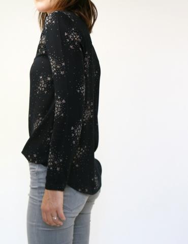 patron de couture Blouse Be Pretty réalisée dans le tissu Lilli de chez Atelier Brunette, vue de 3/4