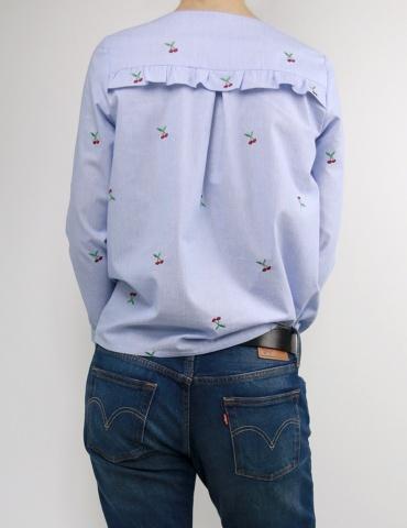 patron de couture Blouse Be Pretty réalisée dans un tissu rayé bleu et blanc avec cerises brodées, vue de dos portrait américain