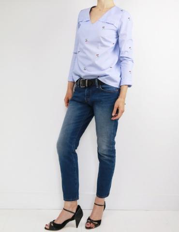 patron de couture Blouse Be Pretty réalisée dans un tissu rayé bleu et blanc avec cerises brodées, vue en pied