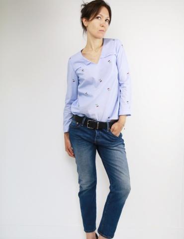 patron de couture Blouse Be Pretty réalisée dans un tissu rayé bleu et blanc avec cerises brodées, vue de face une main dans la poche