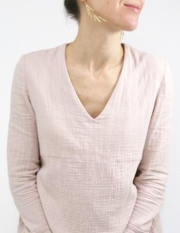patron de couture Blouse Zéphir réalisée dans une double gaze rose nude France Duval Stalla, vue de face très proche