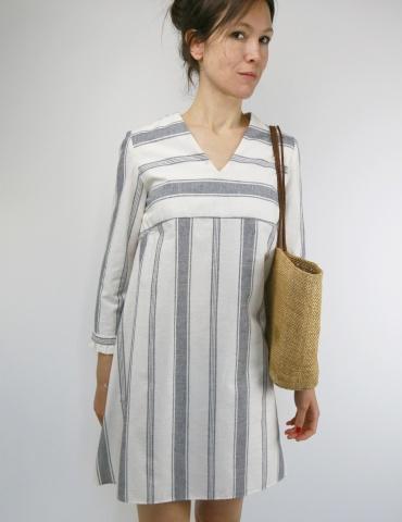 patron de couture Zéphir version robe réalisée dans lin blanc rayé gris, vue de face rapprochée
