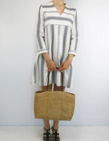 patron de couture Zéphir version robe réalisée dans lin blanc rayé gris, vue de face en pied