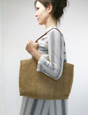 patron de couture Zéphir version robe réalisée dans lin blanc rayé gris, vue de profil
