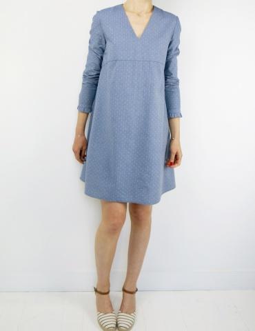 patron de couture Robe Zéphir réalisée dans un chambray bleu jean, vue en pied