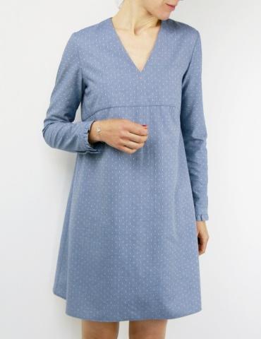 patron de couture Robe Zéphir réalisée dans un chambray bleu jean, vue de face rapprochée