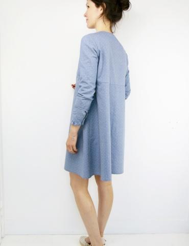 patron de couture Robe Zéphir réalisée dans un chambray bleu jean, vue de 3/4