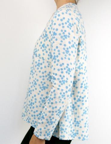 patron de couture Blouse Zéphir réalisée dans une double gaze Nani Iro à pois bleus, vue de profil
