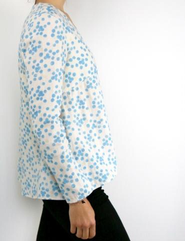 Blouse Zéphir réalisée dans une double gaze Nani Iro à pois bleus, autre profil