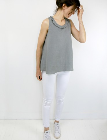 patron de couture Débardeur Alizé avec froufrou à l'encolure, réalisé dans un lin gris, vue en pied légèrement de 3/4
