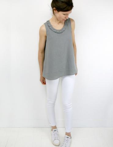patron de couture Débardeur Alizé avec froufrou à l'encolure, réalisé dans un lin gris, vue en pied