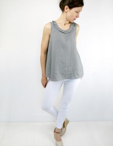 patron de couture Débardeur Alizé avec froufrou à l'encolure, réalisé dans un lin gris, autre vue en pied