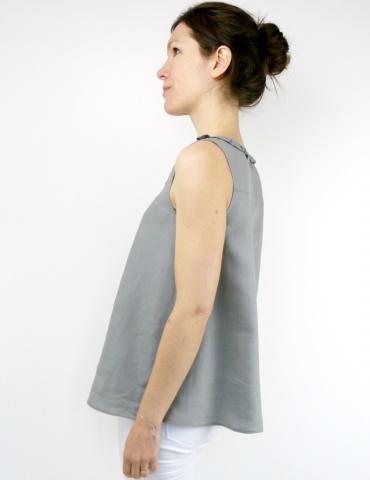 patron de couture Débardeur Alizé avec froufrou à l'encolure, réalisé dans un lin gris, vue de profil portrait américain