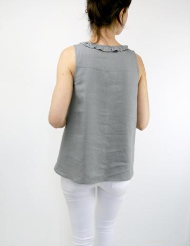 patron de couture Débardeur Alizé avec froufrou à l'encolure, réalisé dans un lin gris, vue de dos