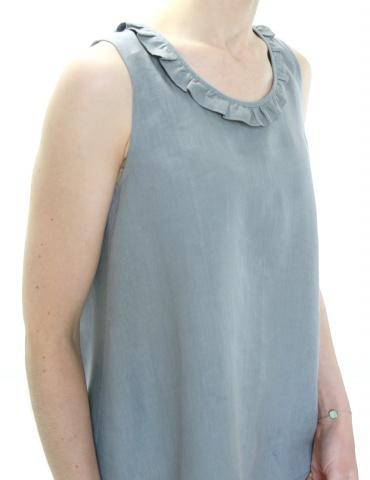 patron de couture Débardeur Alizé avec froufrou à l'encolure, réalisé dans un lin gris, vue de 3/4 rapprochée