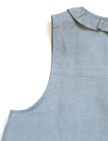 patron de couture Débardeur Alizé avec froufrou à l'encolure, réalisé dans un lin gris, détail emmanchure