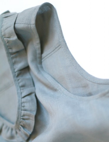 patron de couture Débardeur Alizé avec froufrou à l'encolure, réalisé dans un lin gris, détail emmanchure et encolure