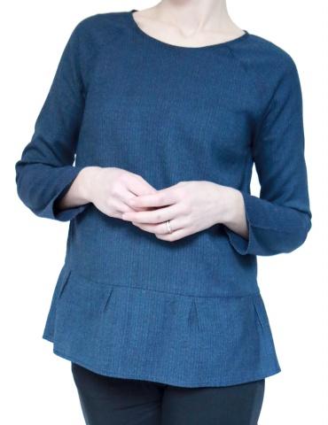 patron de couture Blouse Stockholm réalisée dans un lainage fin bleu, version avec basque à plis creux au bas du top, vue de face