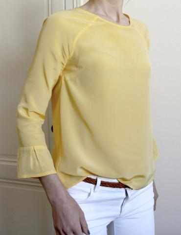 patron de couture Blouse Stockholm réalisée dans une soie jaune, vue de 3/4