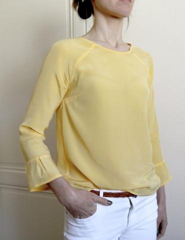 patron de couture Blouse Stockholm réalisée dans une soie jaune, vue de 3/4 main dans la poche