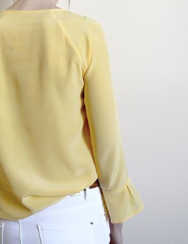 patron de couture Blouse Stockholm réalisée dans une soie jaune, vue de dos
