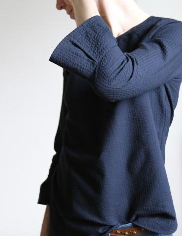 patron de couture Blouse Stockholm réalisée dans un seersucker noir France Duval Stalla, focus sur les plis creux de la manche