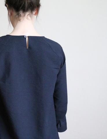 patron de couture Blouse Stockholm réalisée dans un seersucker noir France Duval Stalla, vue de dos