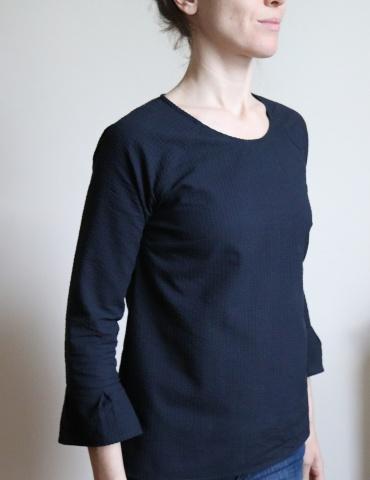 patron de couture Blouse Stockholm réalisée dans un seersucker noir France Duval Stalla, vue de 3/4