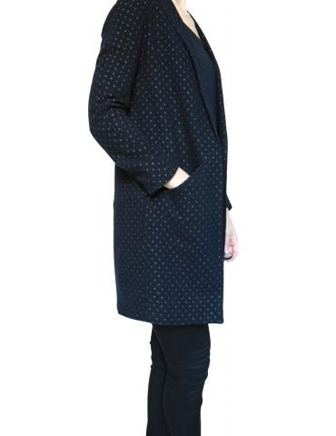 patron de couture Manteau France Duval Stalla réalisé dans un lainage bleu marine à pois dorés de la même marque, vue de 3/4