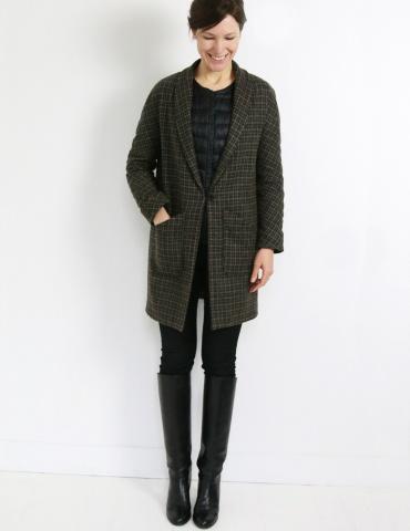 patron de couture Manteau France Duval Stalla réalisé dans un lainage épais Anna Ka Bazaar, vue de face en pied