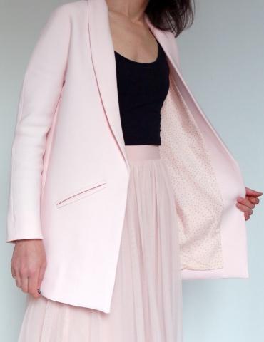 Manteau France Duval Stalla raccourci réalisé dans un lainage rose nude avec une doublure Atelier Brunette, vue de 3/4