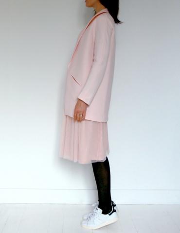 patron de couture Manteau France Duval Stalla raccourci réalisé dans un lainage rose nude avec une doublure Atelier Brunette, vue de profil