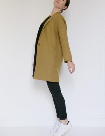 patron de couture Manteau France Duval Stalla réalisé dans un lainage écureuil de la même marque, vue de profil
