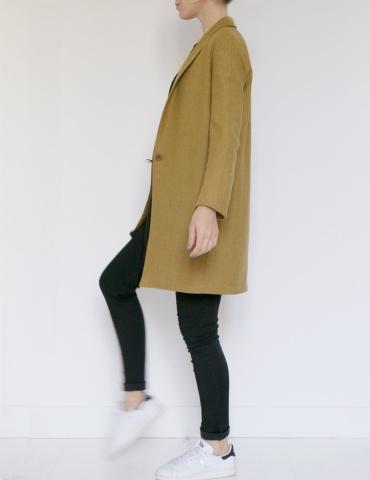 patron de couture Manteau France Duval Stalla réalisé dans un lainage écureuil de la même marque, vue de profil en pied