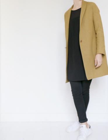 patron de couture Manteau France Duval Stalla réalisé dans un lainage écureuil de la même marque, vue de face en mouvement