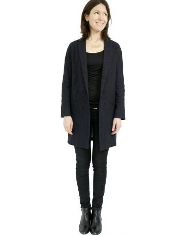 patron de couture Manteau France Duval Stalla réalisé dans un lainage fin bleu marine de la même marque, vue de face en pied
